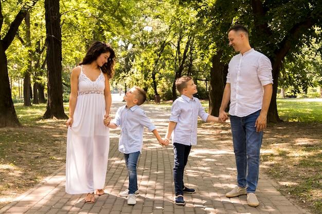 Famille passer du temps ensemble dans le parc