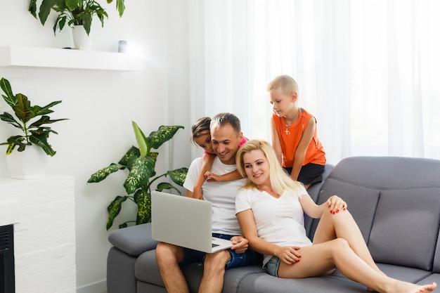 Famille passer du temps ensemble à la maison