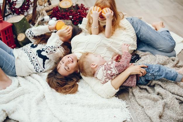 Famille passer du temps à la maison dans une décoration de noël