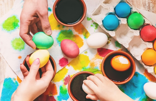 Famille peint des oeufs de pâques. mise au point sélective. fête.