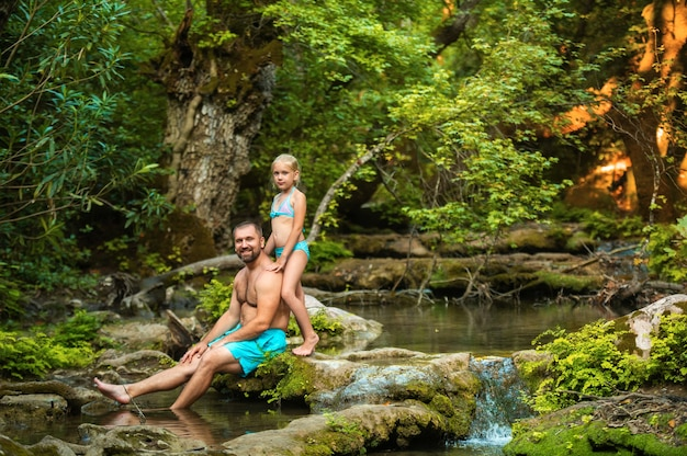 Une famille père et fille sur une rivière de montagne dans la jungle.turquie.
