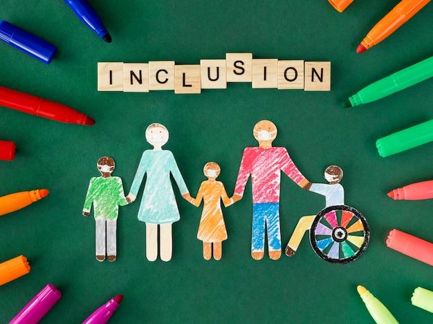 Famille avec personne handicapée en papier découpé à plat