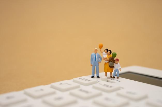 Famille personnes miniatures file d'attente payer revenu annuel (taxe) pour l'année