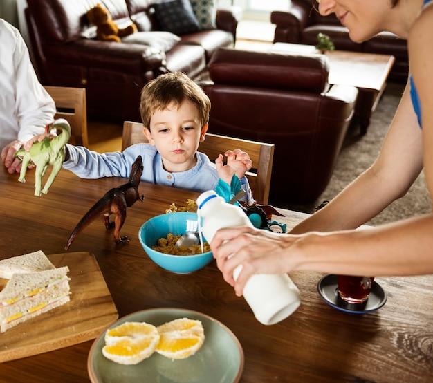 Famille, petit déjeuner ensemble, matin