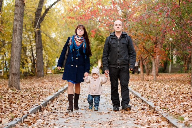 Famille avec un petit enfant en bas âge walkin