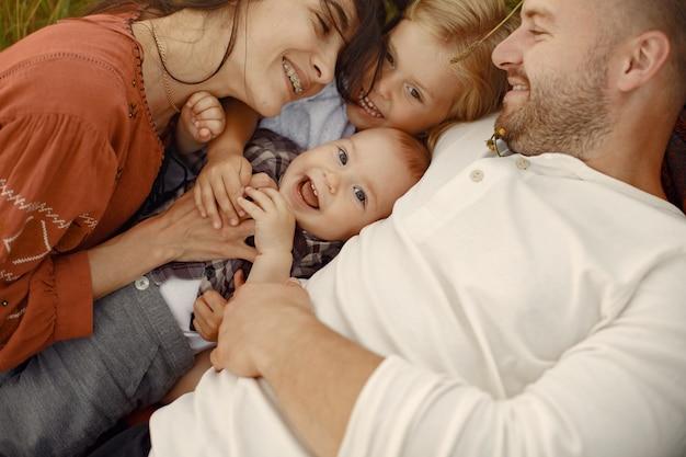 Famille avec petit enfant mignon. père en chemise blanche.