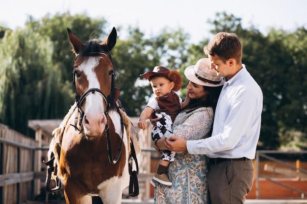 Famille avec petit fils au ranch