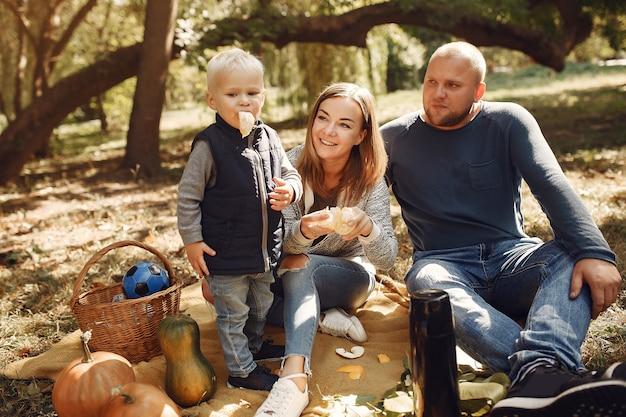 Famille avec petit fils dans un parc en automne
