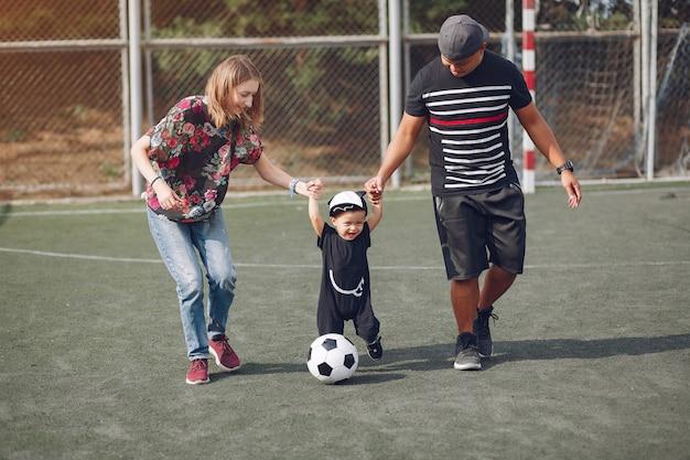 Famille avec petit fils jouant au football