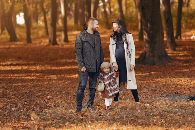 Famille avec petite fille dans un parc en automne