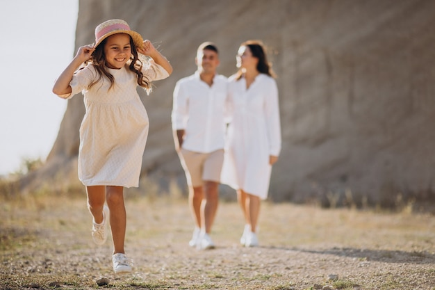 Famille avec petite fille ensemble en vacances