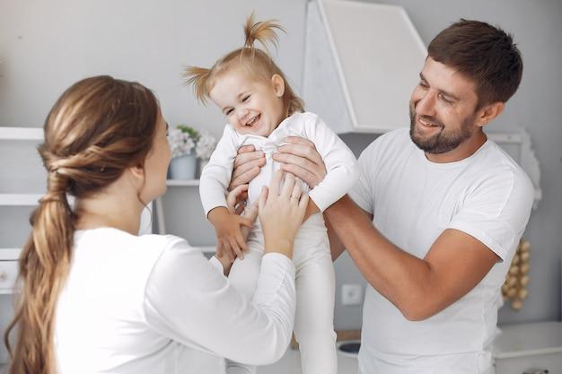 Famille avec petite fille s'amuser à la maison