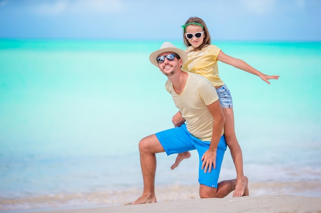 Famille à la plage tropicale, marchons ensemble dans l'île des caraïbes d'antigua et barbuda
