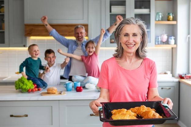 Famille de plan moyen avec des croissants