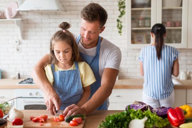 Famille de plan moyen cuisinant ensemble
