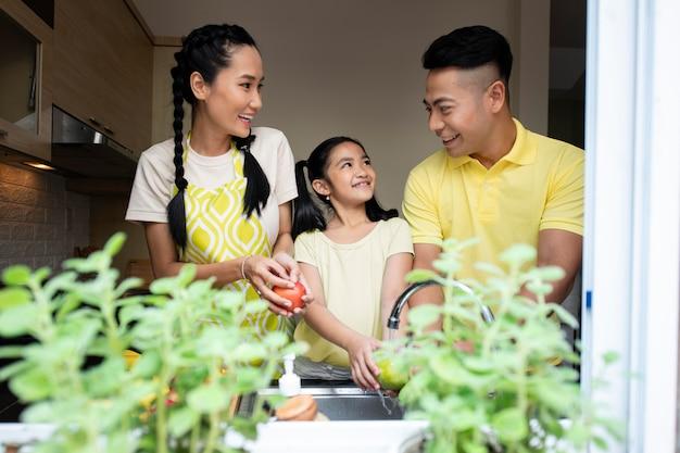 Famille de plan moyen dans la cuisine