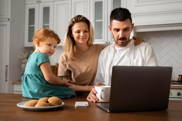 Famille de plan moyen avec ordinateur portable