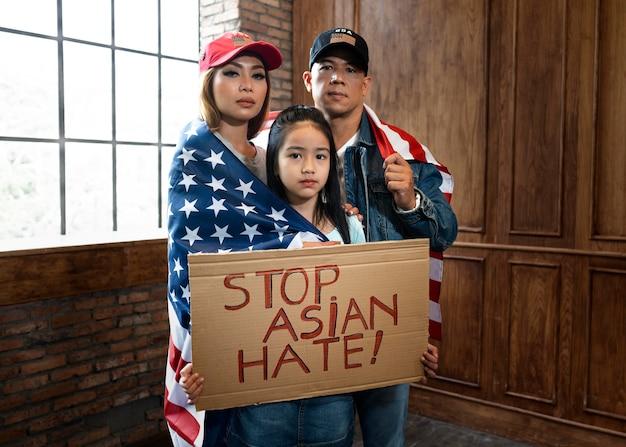 Famille de plan moyen soutenant les asiatiques