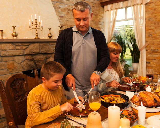 Famille de plan moyen en train de dîner