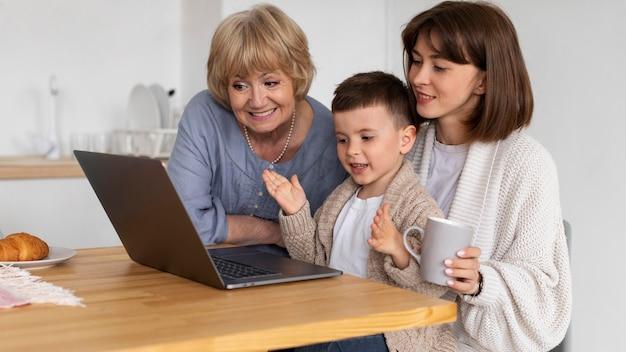 Famille de plans moyens avec appareil