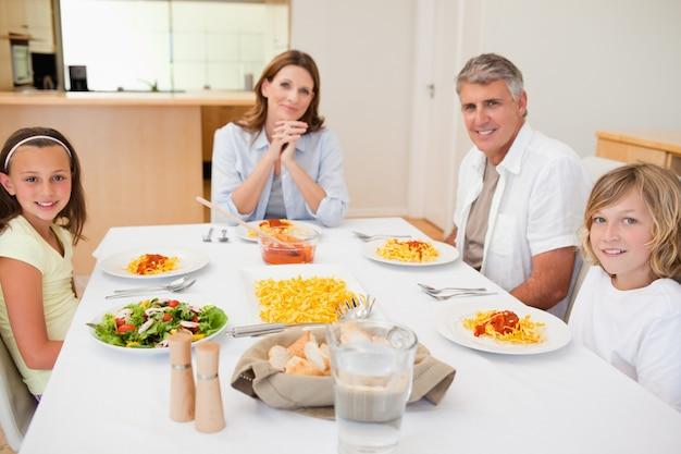 Famille sur le point de dîner
