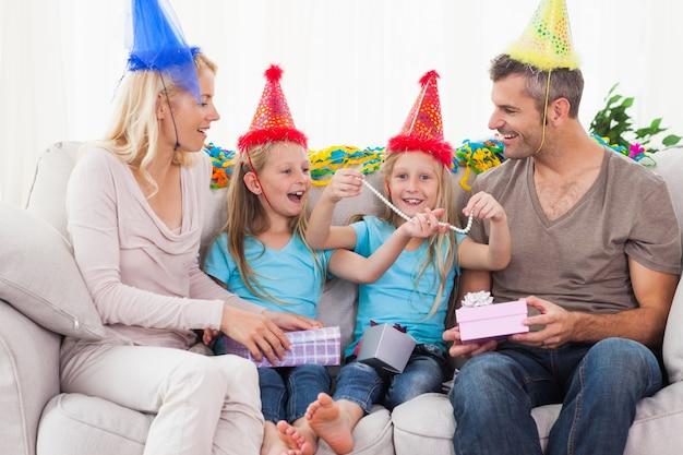 Famille portant chapeau de fête et de célébrer l'anniversaire des jumeaux