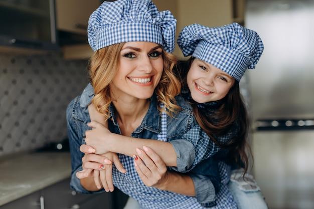 Famille de portrait agrandi regarder fille et mère. concept de famille