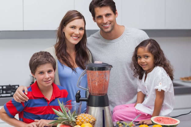 Famille posant avec un mélangeur