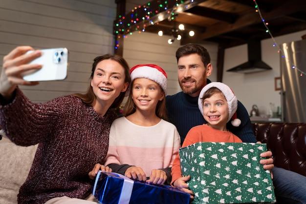 Famille prenant un selfie le jour de noël