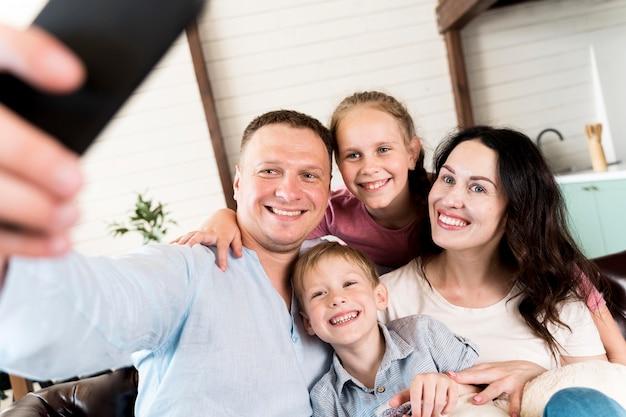 Famille prenant selfie à la maison