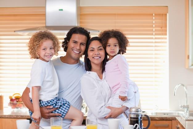 Famille prenant son petit déjeuner dans la cuisine