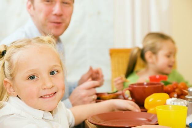 Famille prenant son petit déjeuner