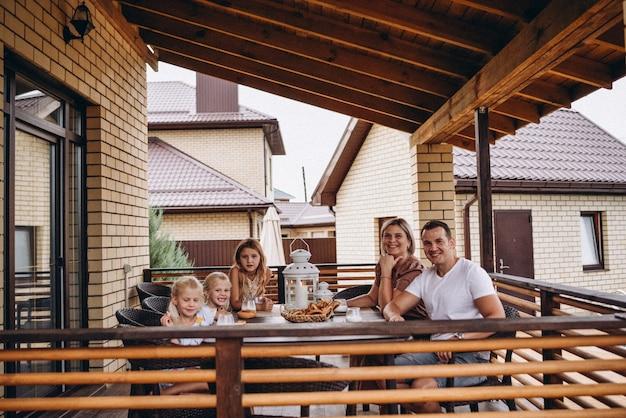 Famille préparant la pâte à crêpes pour le petit-déjeuner passe-temps familial mains famille