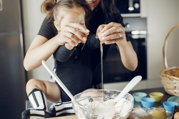 Famille prépare la pâte pour les cookies