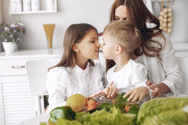 Famille, préparer, salade, cuisine