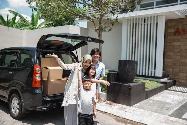 Famille prête à emménager dans la nouvelle maison