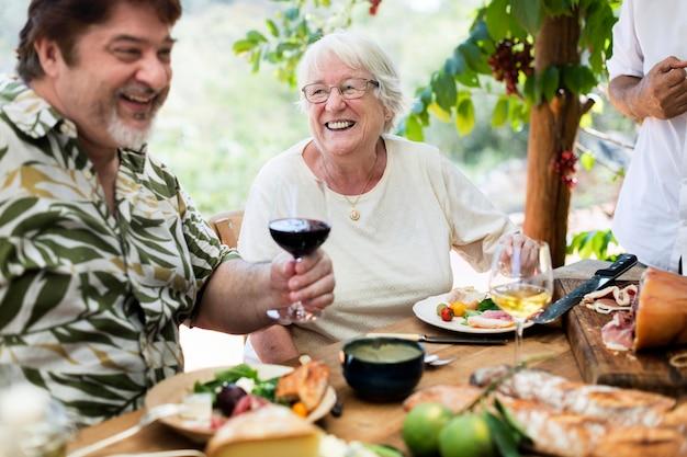Famille profitant d'un dîner méditerranéen en plein air