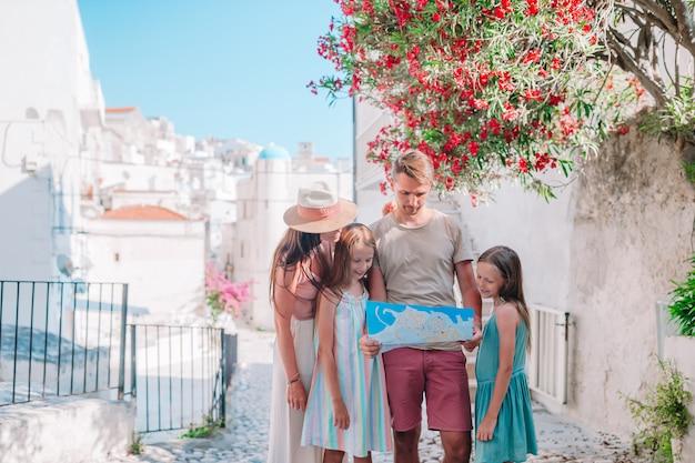 Famille de quatre personnes en vacances en europe.