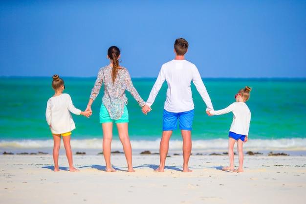 Famille de quatre personnes en vacances
