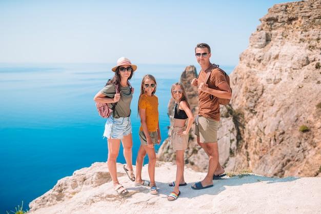 Famille de quatre personnes voyageant dans les montagnes. concept de famille sympathique.