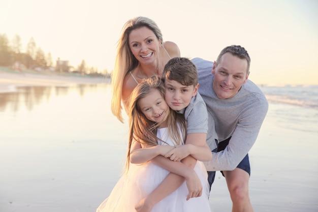 Famille de quatre portrait sur la plage