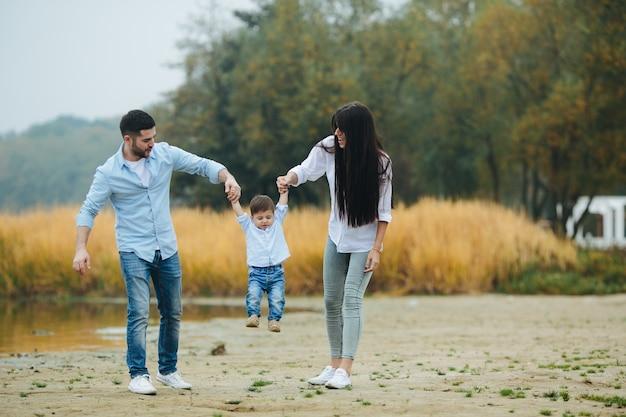 Famille qui marche dans la nature