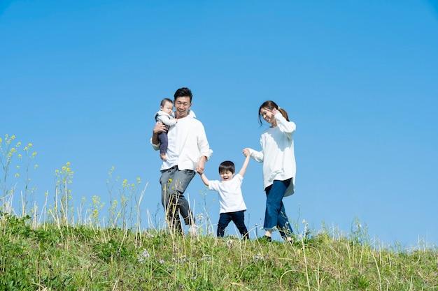 Une famille qui se promène tout en s'amusant lors d'une belle journée