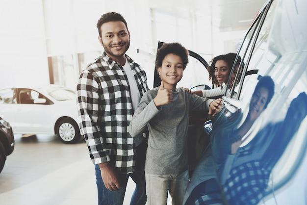 Une famille de race mélangée rentable achète une voiture.