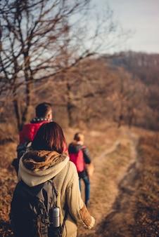 Famille randonnée en montagne avec chien