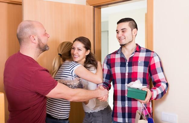 Famille recevant des visiteurs