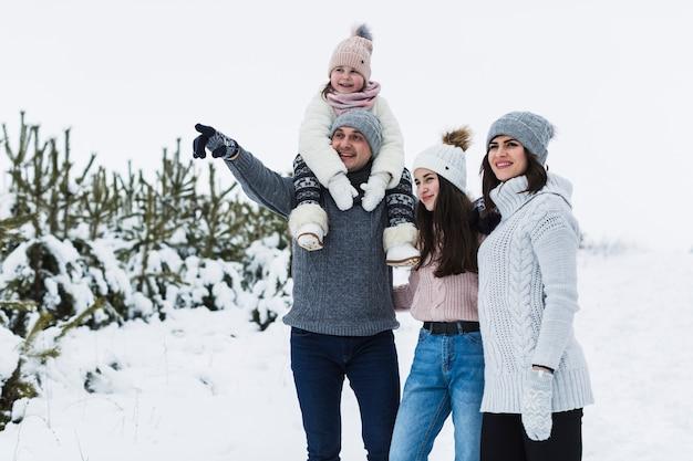 Famille regardant et direction pointée