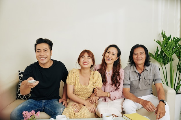 Famille regardant un film drôle