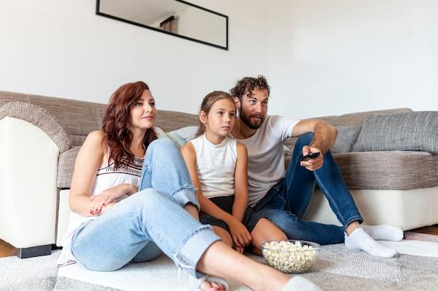 Famille regardant la télé ensemble