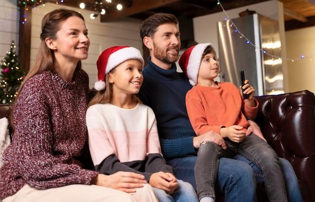 Famille regardant la télé le jour de noël